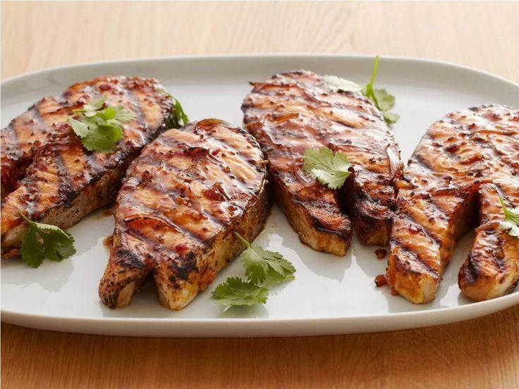 Somon balığı yağlı bir balık olduğu için aslında tam bir ızgara balığıdır. Bugünkü ızgarada somon balığı tarifi gayet basit ve kolay bir tarif.