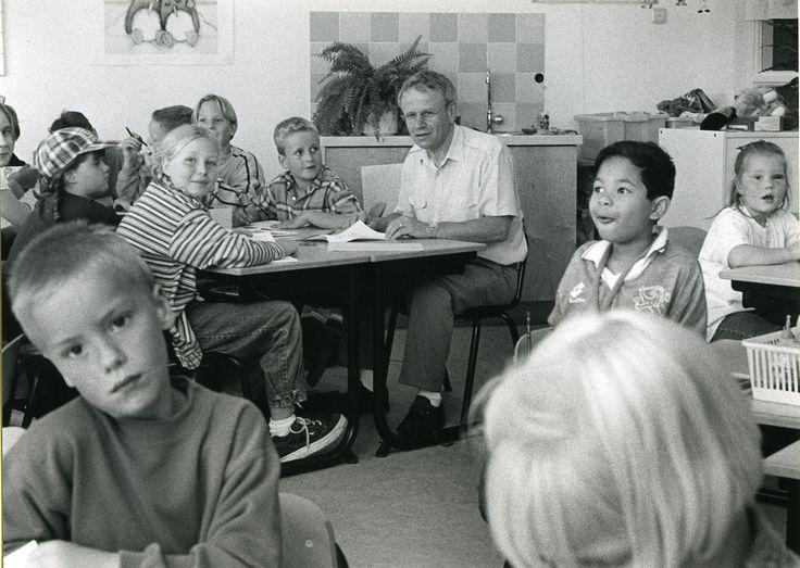 Wethouder Van Bergen zit in een schoolklas van openbare basisschool De Cirkel in Uden, 1998. (fotocollectie BHIC)