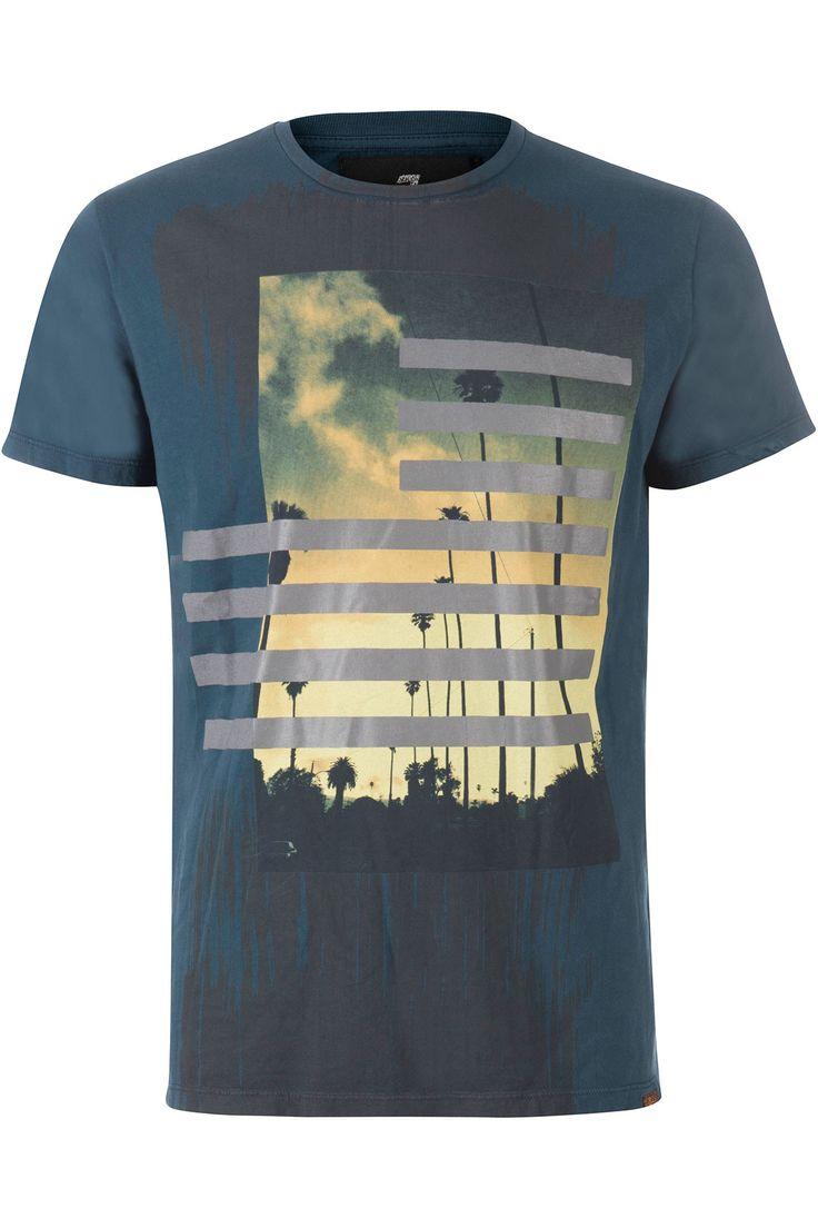 Donker petrol gekleurd r-hals t-shirt van 7 For All Mankind. Op de voorkant staat een grote kleurrijke afbeelding van de LA boulevard. Het shirt valt wat groter.