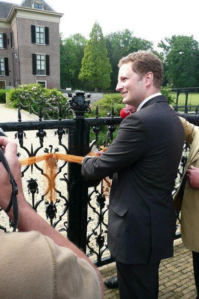 """,Mijn familie is altijd erg trots geweest op onze verbondenheid met Nederland en op de titel Prins van Oranje"""", zei prins Georg Friedrich na afloop. Naast prins Willem-Alexander is hij de tweede rechtmatige drager van die titel, waaraan ook de laatste keizer bijzonder gehecht was. Bij de Duitse Orde van Zware Adelaar hoort dan ook een oranjelint. ,,Hij had wel veertig titels, maar 'Prins van Oranje' stond altijd bovenaan"""", wist Georg Friedrich."""