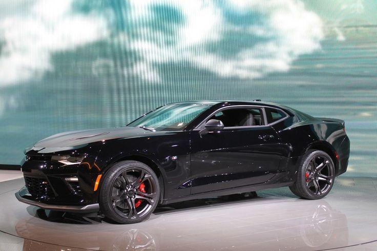 The new 2017 Chevrolet Camaro SS 1LE debuted at the Chicago Auto Show with aggressive suspension tuning and a track-ready look