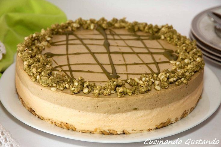 La bavarese al pistacchio e cioccolato bianco è una torta al pistacchio delicata e particolare dal sapore unico .Torta senza cottura .