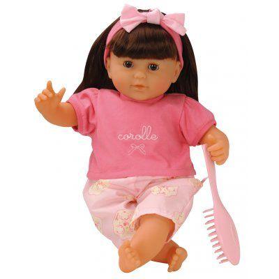 Prachtige babypop met zachte bruine haren van het merk Corolle. De pop heeft ogen die sluiten als de pop moet slapen. Deze pop kan ook rechtop zitten. Ook heeft ze haar eigen borstel. Als ze vies wordt geeft dat niet want ze wasbaar met de hand. Nu draagt ze een zomers pakje, maar we hebben ook losse kledingsetjes verkrijgbaar voor de koudere dagen  http://www.benjaminbengel.com/knuffelen/1101272-brunette-pop-met-haar-36cm-746775022082.html