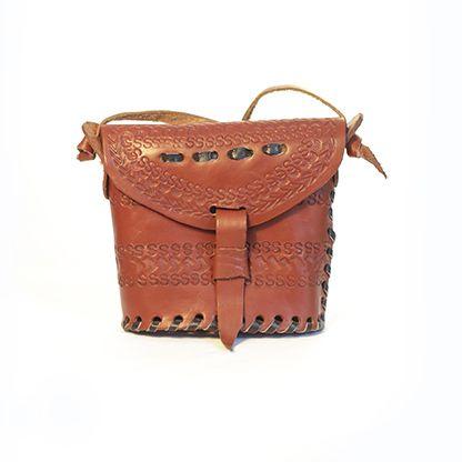 Handgjord axelremsväska i äkta skinn med pärldetaljer. Made in Kenya. 100% original #aumalkia #ethnic #africa #bag