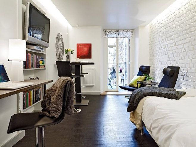 Многие из нас твёрдо убеждены, что организовать в маленькой квартире прямоугольной вытянутой формы комфортные для жизни условия просто невозможно. Данный дизайнерский проект квартиры-студии площадью 25 квадратных метров переубедит в обратном даже самых заядлых скептиков. Крошечная квартирка находится в Швейцарии. Она имеет только два окна и состоит из одной комнаты и небольшой кухни, соединённых узким коридором. …