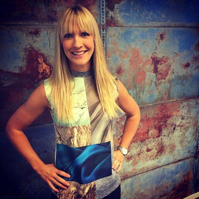 Instagram media by tv4dagensoutfit - I TV4-hallåt måndag 18 maj Topp: Zara Hallåa: Caroline Norrby Hår&smink: @tv4sminket Styling: @sarasadeghi #ootd#dagensoutfit#tv4#tv4hallåt