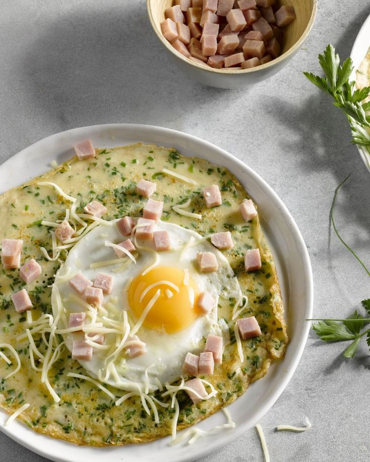 Deze kruidenpannenkoeken zijn de klassieke versie maar dan met verse kruiden. Heerlijk hartig met een spiegeleitje, ham en kaas, als ontbijt of voor de lunch.