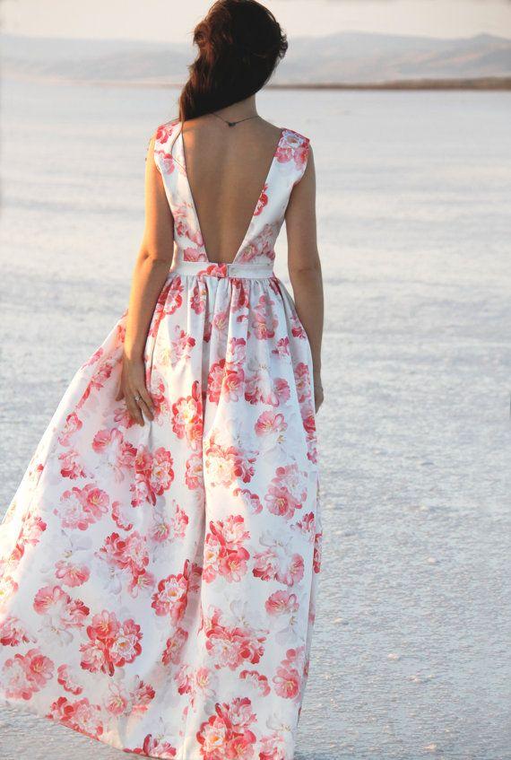 Das Kleid ist aus dehnbar und Dick Satin gefertigt. IT ist erstaunlich komfortabel, braucht nicht Bügeln und deckt die Körperform. Die Blumen-Print ist