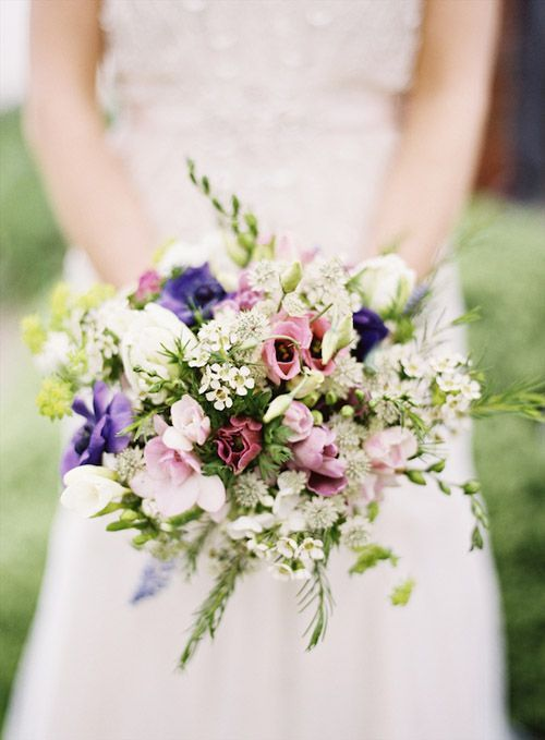 Love this natural and romantic English country-inspired bouquet, photo by Aneta MAK via http://junebugweddings.com