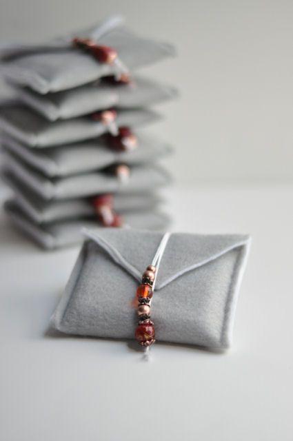 Petites pochettes pour petits cadeaux, pour Noël ou pour un mariage. Les jolies perles sont le petits plus Chez THIS HEART OF MINE Besoin de feutre ( ici ) Joli choix de perles ( ici ) et ( ici ) + 77 IDÉES BIJOUX DIY (2015)