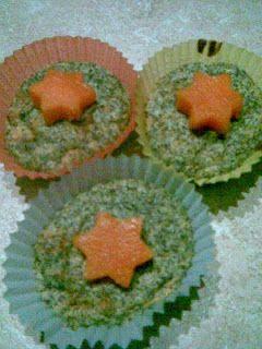 mákos muffin - Mákos muffin: 2 tojásfehérje habbá verve, a sárgája mézzel habosítva, darált mákkal összekeverve, citromhéjjal ízesítve.
