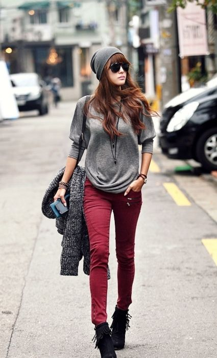 Relaxed outfit with colored pants... LOVE the red!