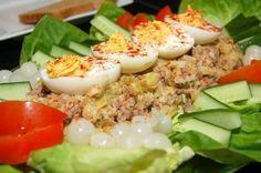 Limburgse Koude schotel Rundvlees aardappelsalade voor circa 10 personen 1 kg soepvlees (rund) 2 bouillonblokjes en 1 laurierblaadje, peper, zout, nootmuskaat 2 kg aardappelen, gekookt in water met...