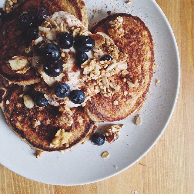¡Desayuno! Pancakes de platano y arándanos por @pintsizepair  Colazione! Pancakes di banana e mirtilli di @pintsizepair #foodloverguide #igers#food #dulce #foodporn #sweet #fragole #tuensday #VSCOcam #barcelona #foodies #instamood #healthy #monday #fruits #frutas #gastronomy #yum #yummy #instagood #photooftheday #sweet