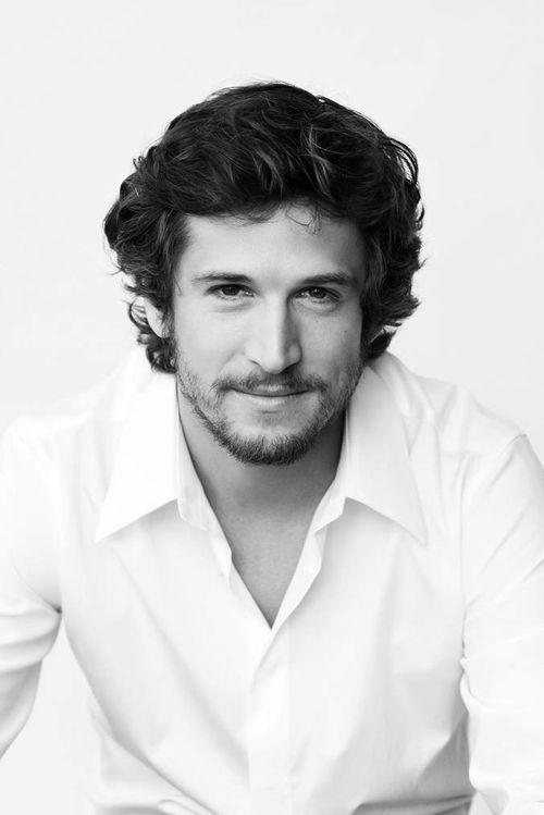 Loving the curly hair....so french. just wanna twirl my fingers in it..... j'taime Guillaume Canet!