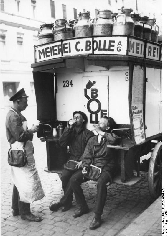 Berlin, Milch von Bolle in der Pause. Hitze in Berlin Bollejungen erfrischen sich. 1932