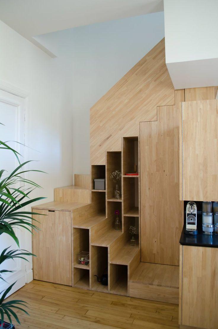 Rangement et marches tout à la fois, cet escalier tout en bois est parfait pour exploiter la place disponible dans le recoin d'un petit appartement.