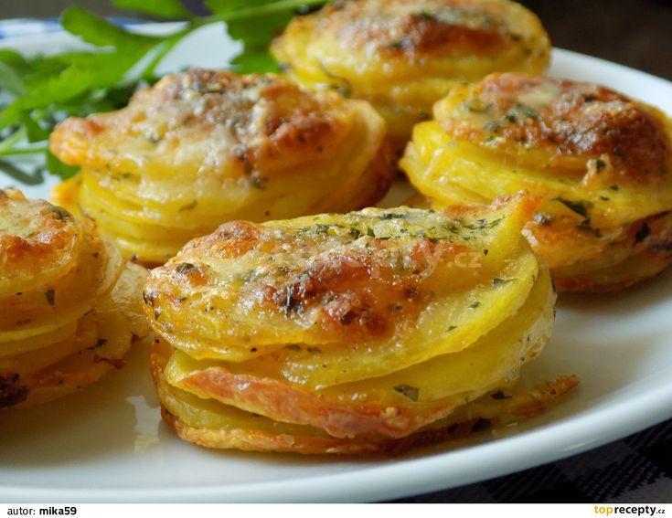 Brambory oškrábeme a nakrájíme na tenké cca 2 mm plátky. Nakrájené brambory dáme do misky a zakápneme olejem.Přidáme sýr a všechno koření....