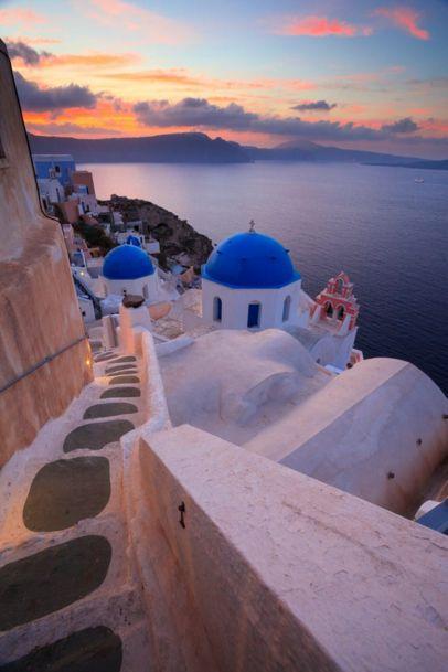 Consider insula Santorini, Grecia, ca fiind una dintre cele mai frumoase locuri din lume. Fiecare colt nou vizitat pare mai pitoresc decat ultimul iar fotografiile nu pot capta aceasta atmosfera fermecatoare a insulei. Daca va ganditi sa adaugati Santorini pe lista de calatorii, va dau 7 motive extraordinare care va va convinge si mai mult …
