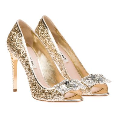 Pour changer un petit peu de la sandale, on aime également cette forme de chaussure. Ce sont des escarpins à bouts ouverts, qu'on appelle en anglais « peep toe ». Cela fait encore plus festif que des escarpins classiques, d'autant que ceux-là attirent les regards ! La chaussure est en effet entièrement recouverte de strass doré. En plus, des bijoux argentés Swarovski sont posés au bout du pied… et les talons hauts sont également recouverts de bijoux ! Cristaux et cerclés dorés viennent en…