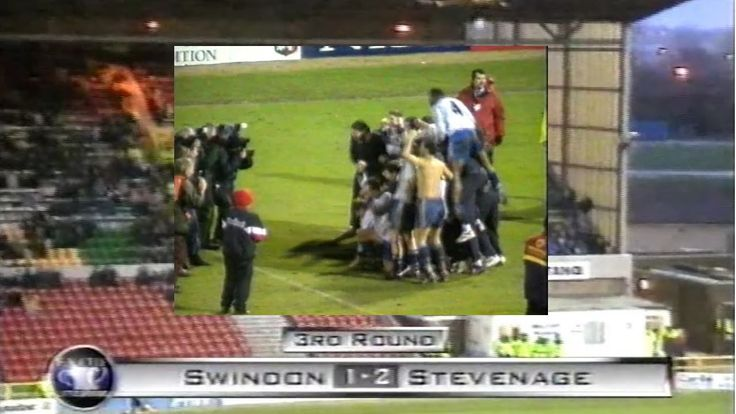 SWINDON TOWN FC V STEVENAGE BOROUGH FC - 1-2 - FA CUP 3RD ROUND - 3RD JANUARY 1998. STEVENAGE BOROUGH FC PULL OFF A THIRD ROUND SHOCK BY BEATING SWINDON TOWN FC 1-2 AT THE COUNTY GROUND SWINDON.