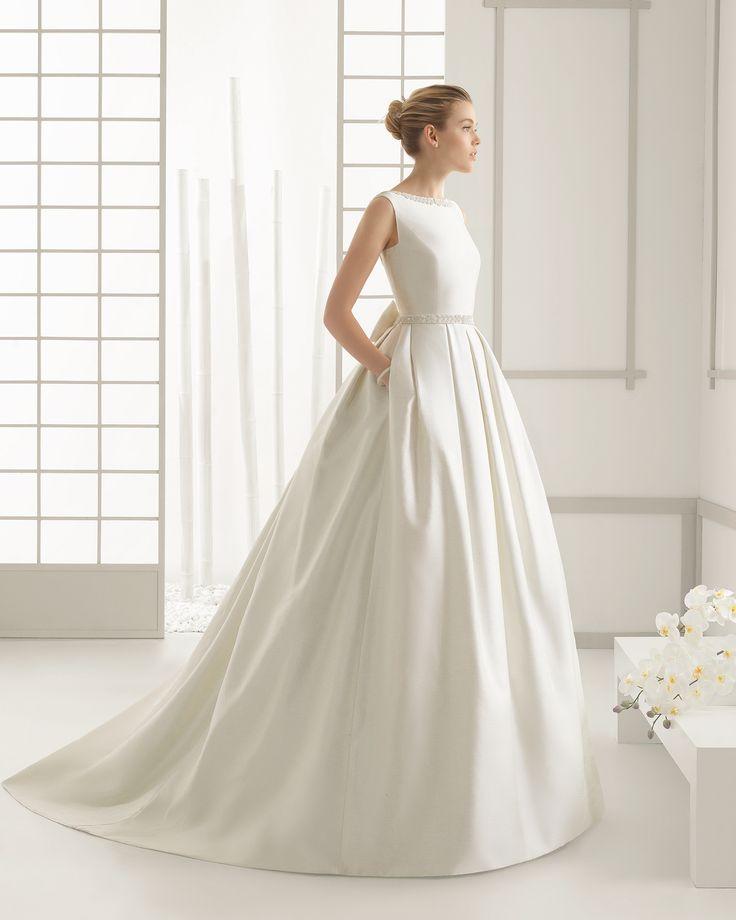 ROSA CLARÁ - DELICADO vestido de novia en piqué de seda con adorno de pedrería.