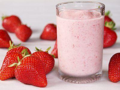 Receta de Licuado de Fresas y Yogurt | Cremoso licuado con el que podrás engañar a tu paladar, pues el sabor a malteada de fresa es impresionante. ¡Lo amarás!