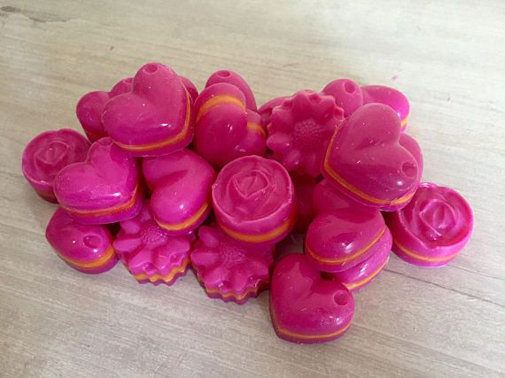 Emily Makes ... Pink Lemonade Scented Soy Wax Melts For Oil Burners. Pink Lemonade is the ultimate Summer scent! A mix of ripe strawberries & lemon juice, infused with a champagne fizz. To use; Simply pop one or more (depending on your burner size) into your burner, add a tea light