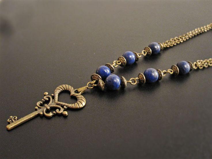 Collier médiéval clef bronze et lapis lazuli de la boutique TheAsaliahShop sur Etsy
