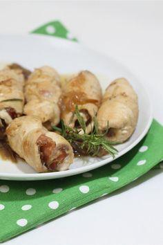 Gli involtini di pollo con cipolle e speck è una variante del pollo alla birra, generalmente preparato con tutte le parti del pollo che richiede una lunga cottura. Questi involtini di pollo sono un secondo piatto semplice e sfizioso che viene realizzato con petto di pollo arrotolato con lo speck, fatti rosolare in padella e poi sfumati con la birra.