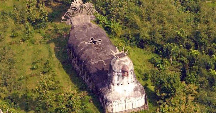 """Nel profondo delle fitte foreste dell'isola di Java si trova una chiesa a forma di pollo gigante completamente abbandonata, che sovrasta gli alberi circostanti. Chiamata Gereja Ayam (""""Chiesa"""