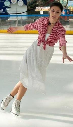 La 21 de ani se poate lăuda cu o carte publicată, cu faptul că este instructoare de patinaj pentru copii, cu multe medalii în acest sport și cu și mai multe idei de schimbare. Roberta Răducu e o persoană plină de optimism, ambițioasă, care vede dincolo de greutățile și părțile dificile ale țării: îi place România așa cum e.