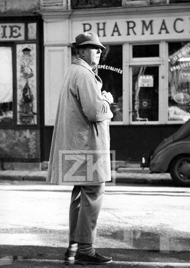 JACQUES TATI Mon ONCLE Burlesque Chapeau Imperméable Pharmacie Photo 1958 #1