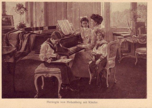 Sophie of Hohenburg with her children.