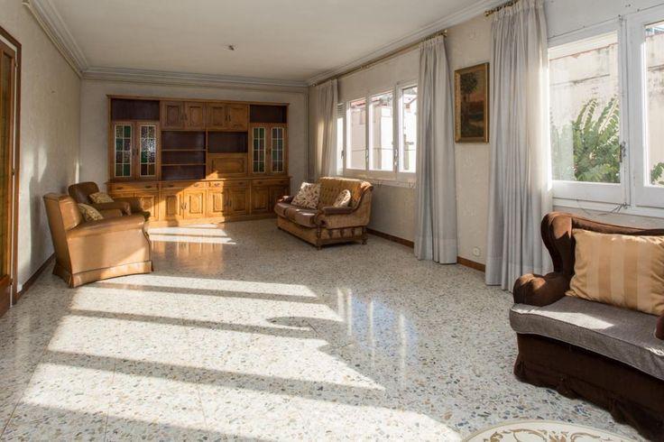 #Piso en venta #Barcelona #El Guinardó  Vivienda de origen a reformar de 150m2 más patio de 130m2, orientada a patio de manzana y ubicada en finca tranquila de cinco vecinos (uno por planta)  SEPFINQUES | M 677415782 | info@sepfinques.com | Ronda Universitat 7 2-4 | BCN  http://qoo.ly/dbwey
