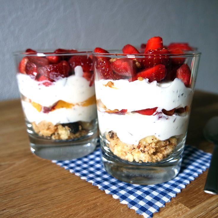 Schokokuss Dessert im Glas mit Nektarinen & Erdbeeren
