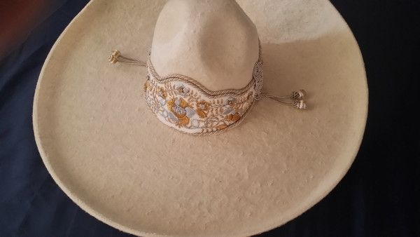 - Sombrero Charro de Lana. - Color hueso con toquilla de gala .. - Hecho en Jalisco, Mexico. - En size 59 mex 7-3/8 - Para entrega inmediata - Charro Hat made of Wool. - Off-white color design with ga