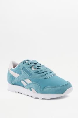 ¡Consigue este tipo de deportivas de Reebok ahora! Haz clic para ver los detalles. Envíos gratis a toda España. Reebok Classic Blue Trainers - Womens UK 4: Classic trainers by Reebok offer iconic design through a simple sports silhouette. In a tonal blue suede and nylon upper for a street style-cool look. The durable nylon upper creates superior comfort. Finished with padding at ankle, branding on tongue and side and a durable, grippy sole.     **THINGS TO KNOW:**   - Nylon, suede, rubber…