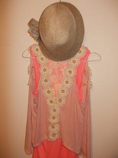 Chaleco con apliques de flores tejidas crochet y bordados en hilos.