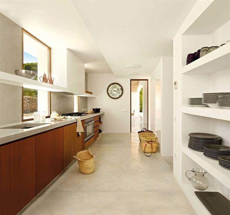 La cocina se conecta con un comedor exterior situado al fondo. El mobiliario, realizado por Pep Sala, es de tablero marino revestido con iroco. Los electrodomésticos son de aEg y Electrolux. grifería, de Hansgrohe