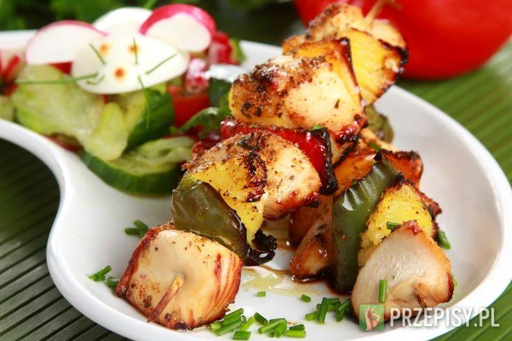 Mięso umyj, osusz i pokrój w kostkę.     Marynatę do kurczaka Knorr wymieszaj z 2 łyżkami oliwy i połącz z mięsem. Odstaw na ok. 1 h do lodówki Paprykę pokrój na małe kawałki. Na patyki do szaszłyków nabij przemiennie kawałki kurczaka i papryki. Ułóż je na blasze i wstaw do rozgrzanego do około 200 stopni piekarnika na około 20-30 minut. Możesz upiec szaszłyki na grillu. Podawaj z ryżem.