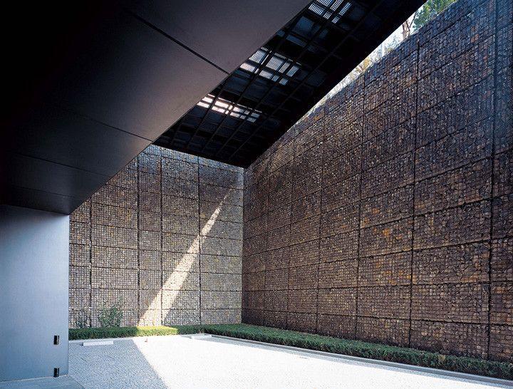 Paredes e muros de gabião são estruturas feitas em aço, parecidas com gaiolas, que se tornam sólidas ao serem preenchidas com pedras. Também chamados de cestões, os gabiões são basicamente recipientes de arame, utilizados na arquitetura e na construção desde o século XIX.