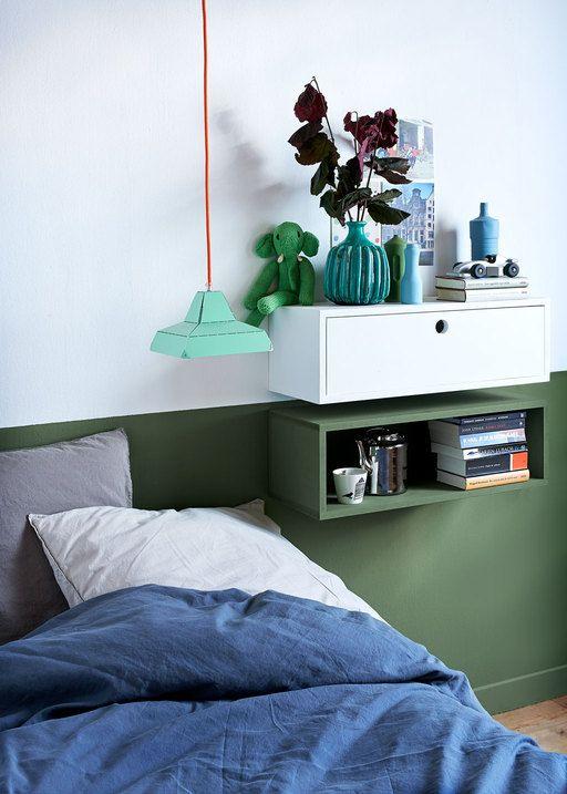 Twee kastjes aan de wand – één open en één dicht – vormen een verrassend alternatief voor een nachtkastje en geven zo de slaapkamer een speelse uitstraling.