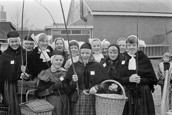 COEVORDEN-GANZENMARKT-MISS GANZENHOEDSTER 1966 De ganzenmarkt in het Drentse dorp Coevorden is ook het podium waar jaarlijks miss-ganzenhoedster wordt gekozen. Vroeger brachten de meisjes de vetgemeste ganzen vlak voor Kerst naar de markt om ze te verkopen. Tegenwoordig is het een meer folkloristische aangelegenheid. Foto: de deelneemsters aan de missverkiezing #Drente