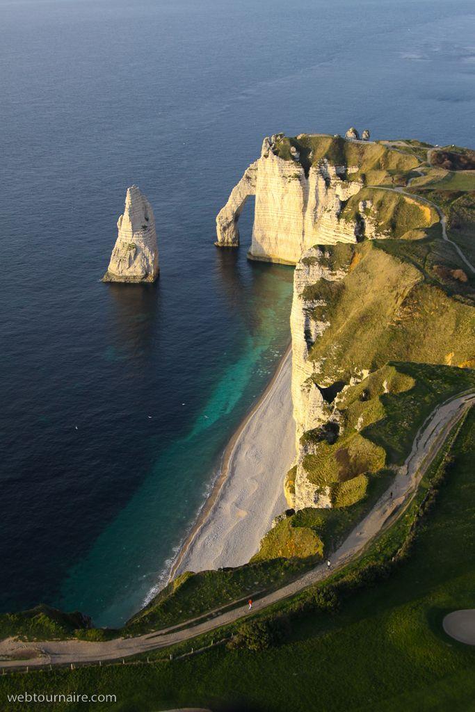 ✈️ Photo aérienne de : Etretat - Seine-Maritime (76) Étretat est une commune française située dans le département de la Seine-Maritime en Normandie. Naguère modeste village de pêcheurs, Étretat est devenue une station balnéaire de renom