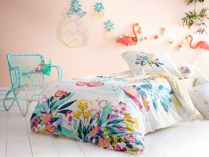 100% coton 57 fils/cm2 Motifs : Recto : fleurs façon aquarelle, fille en maillot de bain Verso : vagues, zigzags Couleur : Recto : blanc, rose, vert, bleu, jaune Verso :...