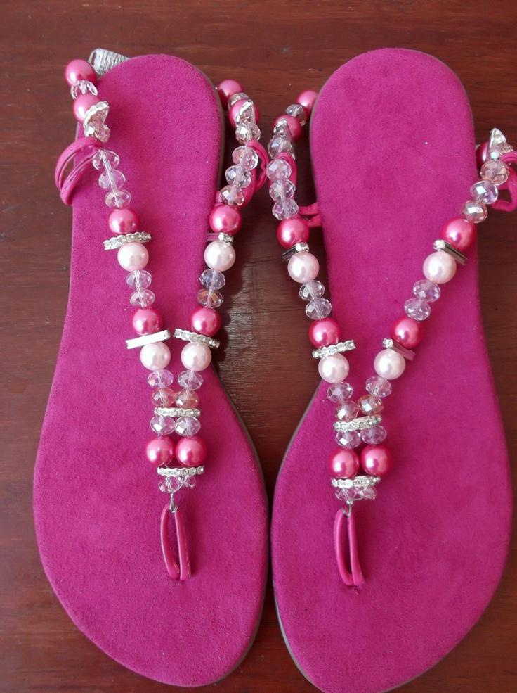 Sandalias con cuentas en color rosa..