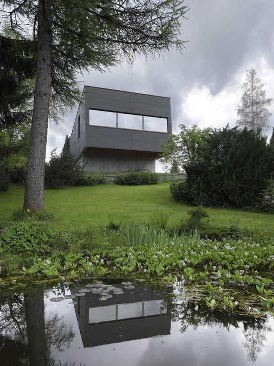Der monolithische Bau erinnert an einen schwarzen Felsen, der aus einer grünen Auenlandschaft wächst. https://www.homify.de/ideenbuecher/35395/ein-haus-steht-kopf