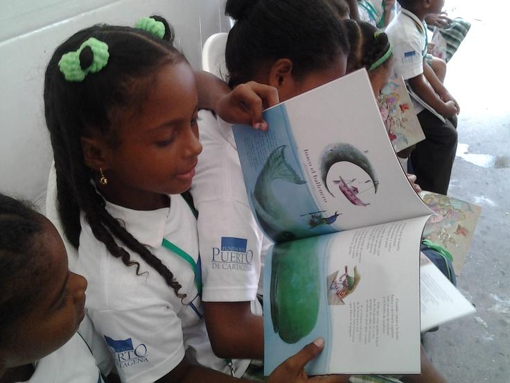 Disfrutando de la lectura de Pombo en Cartagena.  Crédito Adriana Gómez/Mincultura 2012.
