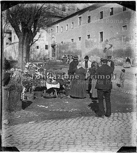 Inizio dell'Olmata di Via Veneto – Mercato di agli, cipolle e spezie varie. La fontana delle Api è ancora all'angolo tra via sistina e piazza Barberini. Anno: Inizi del 1900